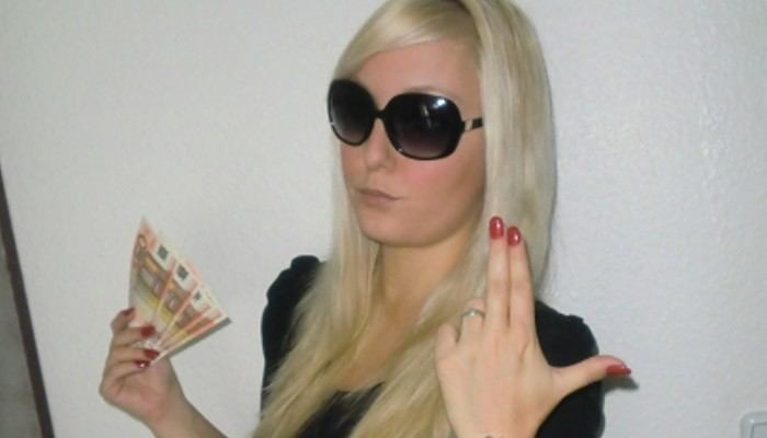 lady-dolora-will-dein-geld-1